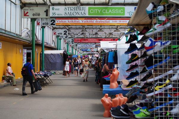 Большинство торговых точек располагаются под крышей, что позволяет совершать покупки и в непогоду