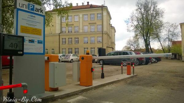Шлагбаум платной парковки на улице Dominikonų