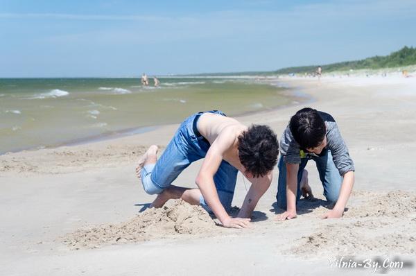 Песок на литовских пляжах белый, чистый и мягкий. Как малыши, так и взрослые с удовольствием копаются в нем часами.