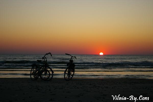 У кромки воды песок довольно плотный и велосипед идет по нему хорошо.