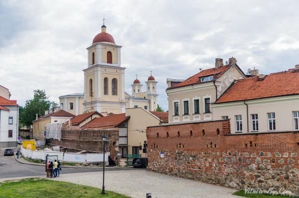 Вид на остатки городской стены и Святодухов монастырь