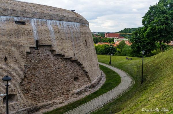 Вид на укрепления. При реставрации часть стены специально оставили нетронутой.