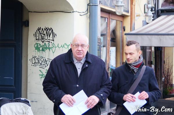 Вітаўтас Жэймантас (Vytautas Žeimantas) злева, побач з ім - перакладчык Вадзім Вілейта