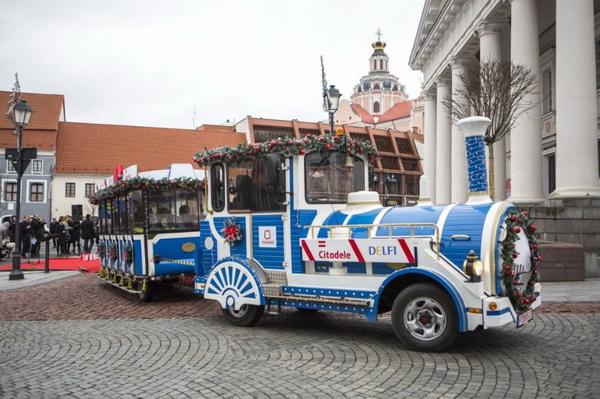 Паровозик уже возит пассажиров по улицам праздничного Вильнюса. Фото Delfi.lt