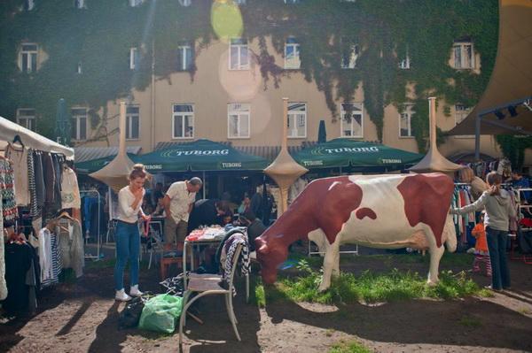 Блошиный рынок во дворике Дома учителя