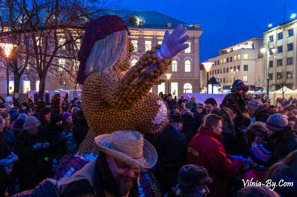 В 2016 году Морэ в Вильнюсе не сжигали, как предлагает традиция, а съедали: чучело зимы было сделано из пончиков и выглядело очень аппетитно