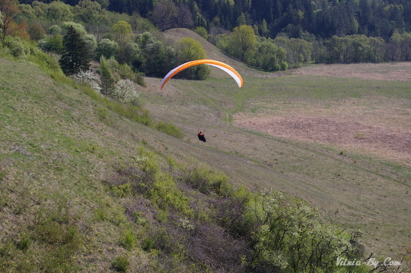 Крутые склоны холмов Кярнаве полюбились парапланеристам